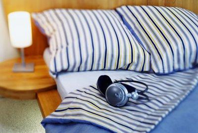 słuchawki na łóżku w sypialni